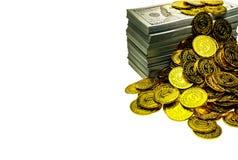 Sterta pliki 100 USA dolarów i złocistych monet banknoty fotografia royalty free
