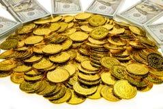 Sterta pliki 100 USA dolarów i złocistych monet banknoty obrazy stock