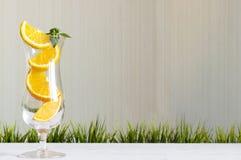 Sterta pomarańcze pokrajać sok w szklanym pojęciu Zdjęcie Royalty Free