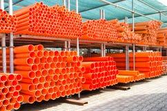 Sterta pomarańcze pvc wodne drymby w zaniechanym przemysłowym terenie Zdjęcia Royalty Free
