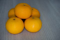 Sterta 5 pomarańcz na drewnianym Obrazy Stock