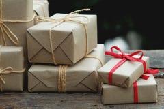 Sterta prostego eco prezenta pudełka pakunku życzliwy opakunek z brązu papierem w starym drewnianym stołowym tle, zieleni teraźni zdjęcie royalty free