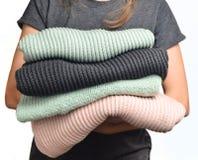 Sterta pulowery w kobiet rękach odizolowywać na białym tle Zdjęcia Royalty Free