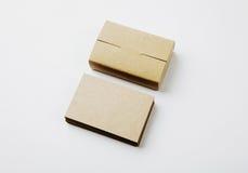 Sterta pusty wizytówek i rzemiosło kart pudełko na białym tle Fotografia Stock