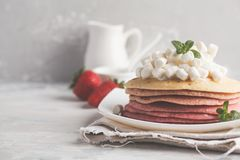 Sterta różowi ombre bliny z marshmallow i truskawkami Zdjęcia Stock