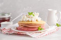 Sterta różowi ombre bliny z marshmallow i truskawkami Zdjęcie Royalty Free