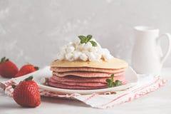 Sterta różowi ombre bliny z marshmallow i truskawkami Fotografia Royalty Free
