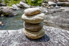 Sterta round gładzi kamienie blisko halnej rzeki Obraz Stock