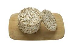 Sterta round ryżowi crispbreads na drewnianej desce odizolowywającej na białym tle fotografia royalty free