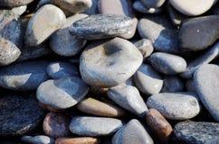 Sterta skały i otoczaki przy plażą Zdjęcia Royalty Free