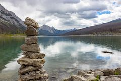 Sterta skały Medycyna jeziorem w Alberta fotografia stock