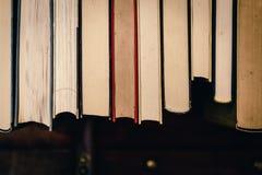 Sterta stare, brudne książki, zdjęcia stock