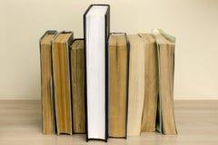 Sterta stare książki na stole Zdjęcia Royalty Free