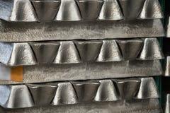 Sterta surowi aluminiowi ingots w aluminium profiluje fabrykę Zdjęcia Royalty Free