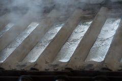 Sterta surowi aluminiowi ingots w aluminium profiluje fabrykę Obrazy Stock