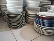 Sterta talerze czyścić biały, błękitni, czerwień talerze dla cateringu bufeta w poślubiać &restaurant pokój zdjęcie royalty free
