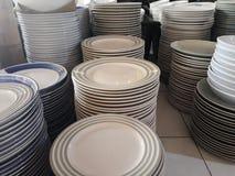 Sterta talerze czyścić biały, błękitni, czerwień talerze dla cateringu bufeta w poślubiać &restaurant pokój fotografia royalty free