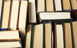 Sterta używać stare książki, odgórny widok jest edukacja starego odizolowane pojęcia tylna szkoły zdjęcia royalty free