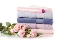 Sterta ustalonych ręczników plastikowa butelka z kosmetycznym kremowym płukanki gel dla ciała kwitnie obrazy stock