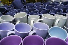 Sterta wiele fili?anek kolorowy emty ceramiczny zbli?enie fotografia royalty free