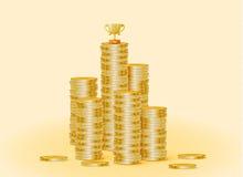 Sterta złociste monety z trofeum filiżanką Obraz Stock