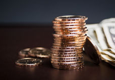 Sterta złociste monety z gotówką Fotografia Royalty Free