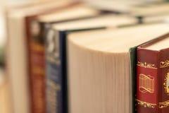 Sterta zróżnicowane książki wiele książka stosy, copyspace i zdjęcia stock