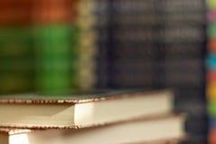 Sterta zróżnicowane książki wiele książki wypiętrzają na tle i copyspace zdjęcia royalty free