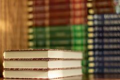 Sterta zróżnicowane książki wiele książki wypiętrzają na tle z copyspace obrazy royalty free