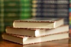 Sterta zr??nicowane ksi??ki wiele ksi??ki wypi?trzaj? na tle z copyspace obrazy stock