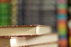 Sterta zr??nicowane ksi??ki wiele ksi??ki wypi?trzaj? na tle z copyspace obrazy royalty free