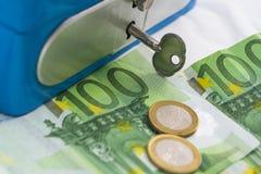 Sterty euro monety i banknoty w spieniężają pudełko Zdjęcia Stock