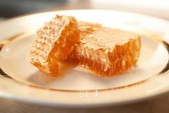 Sterty miód grępla na talerzu na drewnianym stole Zdjęcia Stock