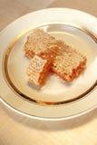 Sterty miód grępla na talerzu na drewnianym stole Obraz Stock