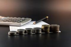 Sterty moneta i kalkulator na bankowości i Uzasadniali biznes Zdjęcie Stock