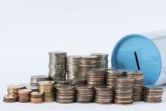 Sterty monety i blaszanej puszki oszczędzania bank zdjęcia royalty free