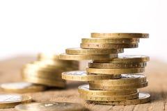 Sterty monety na drewnianym stole Biznesowy pojęcie i przyrost kapitał obrazy stock