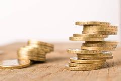 Sterty monety na drewnianym stole Biznesowy poj?cie i przyrost kapita? zdjęcie royalty free