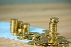 Sterty monety, obrachunkowa ksi??ka i karta kredytowa z kopii przestrzeni?, finanse, biznesu finanse, bankowo?? i oszcz?dzania po fotografia royalty free