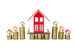 Sterty monety wzrostowe w górę wzrosta mieścić modela dla pojęcie inwestycji hipoteki kredyta mieszkaniowego i finanse biznesu, o fotografia stock
