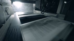 Sterty papier dostają wydawali na konwejeru pasku zbiory