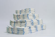 Sterty pieluszki brogować w zataczających się rzędach na białym tle Obraz Royalty Free