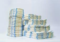 Sterty pieluszki brogować w zataczających się rzędach na białym tle Fotografia Stock