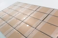 Sterty przetwarzający papierowi pudełka w rzędach po przepustki sprawdzać i t obrazy stock