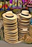 Sterty słomiani kapelusze dla sprzedaży w sklepie obraz stock