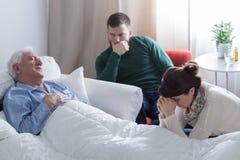 Stervende mens die in bed liggen Royalty-vrije Stock Foto