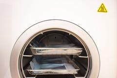 Sterylizacyjni medyczni instrumenty w autoklawie Wyposażenie dla bezpłodnego cleaning pracować medycznych instrumenty zdjęcia stock