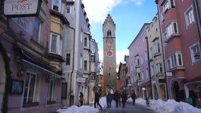 STERZING ITALIEN - JANUARI 23, 2018: vintertid i hemtrevlig bergstad av Europa Gammal medeltida bergby med snö lager videofilmer