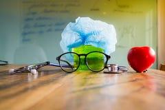 Stethoscoop, beker, glazen, medisch GLB en hart Vertragingen en wapens Stock Foto