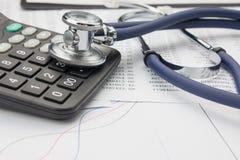 Stethoscoop en calculator Royalty-vrije Stock Afbeeldingen